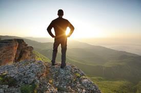 Personne au sommet d'une montagne