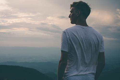 Homme qui regarde l'horizon